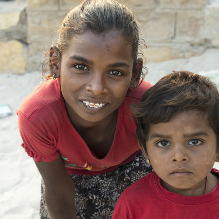 Portrait of a girl with her brother, Jaisalmer, Rajasthan, India 新闻类图片