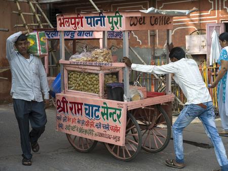 Man pushing food cart on street, Jaipur, Rajasthan, India Redakční