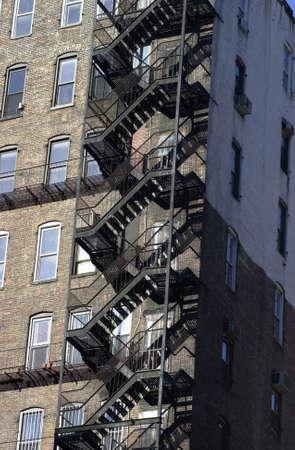 huir: Escalera de incendio, los edificios en la ciudad de Nueva York Foto de archivo