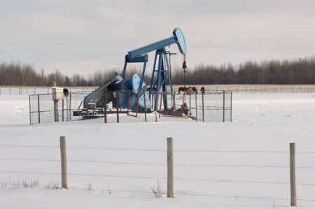 puits de petrole: Puits de p�trole dans les champs de neige en Alberta, Canada Banque d'images