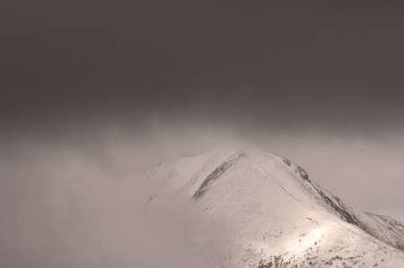 snow capped: Nubes m�s arriba de las monta�as nevadas Peak, Parque Nacional Jasper, Canad�  Foto de archivo