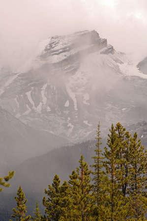 snow capped: Nubes bajas en las monta�as nevadas, Parque Nacional Jasper, Canad�
