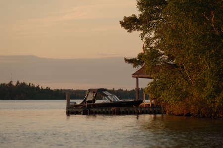 docked: Barco anclado en el lago de los bosques