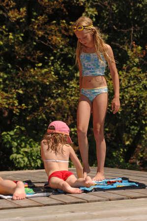 7 y 11 a�os de edad, las ni�as tomando el sol  Foto de archivo - 254724