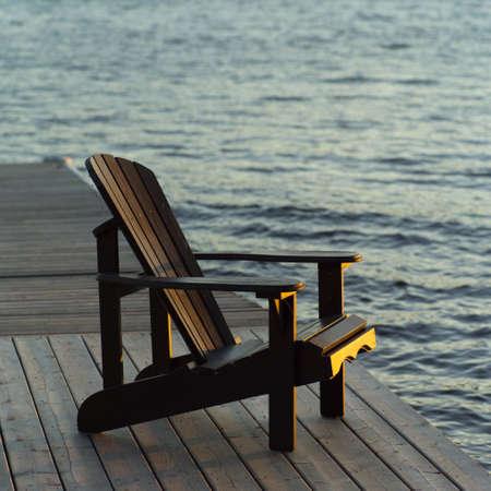 sedia vuota: Sedia vuota sul bacino di legno