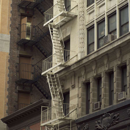 Escalera de incendio en el exterior del edificio, la ciudad de Nueva York  Foto de archivo - 296378