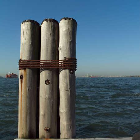 dewey: Posti tre legato insieme a Admiral Dewey Promenade, Battery Park, New York City  Archivio Fotografico