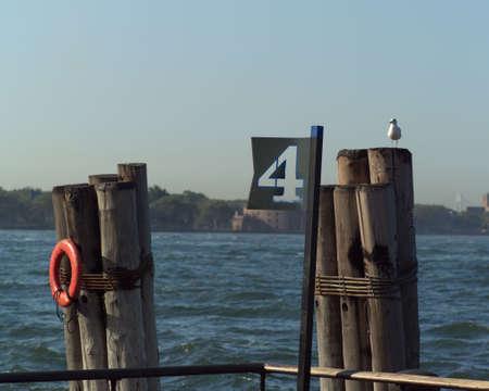 dewey: Rosso vita Portanegativi su posti a Admiral Dewey Promenade, Battery Park, New York City Archivio Fotografico