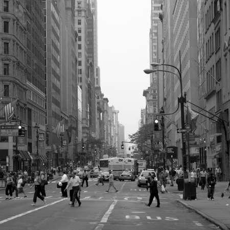 Los peatones que cruzan la calle, la ciudad de Nueva York  Foto de archivo - 296612