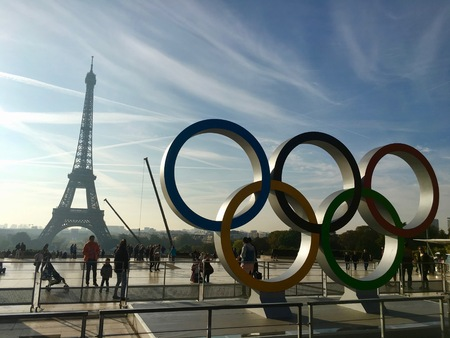 Parijs Frankrijk, 23 september 2017: Olympisch spelsymbool op Trocadero-plaats voor de Eiffeltoren die de Olympische Zomerspelen van Parijs 2024 viert