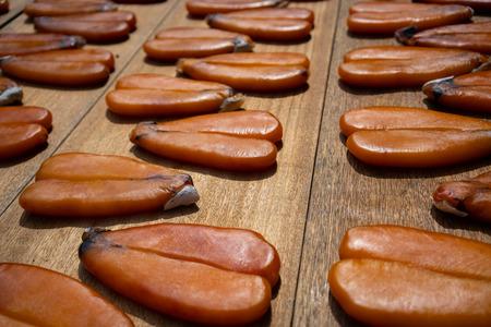 Huevas de salmonete Karasumi secado afuera en un puesto de mercado en Taiwán