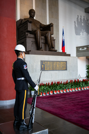 12 February 2018, Taipei Taiwan: Honor guard with rifle and bayonet in front of statue of Sun Yat Sen at Sun Yat-Sen memorial hall in Taipei Taiwan 写真素材 - 119557487