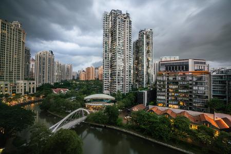 Luchtfoto uitzicht op de rivier Singapore en robertsan kade en brug met bewolkt stormachtig weer