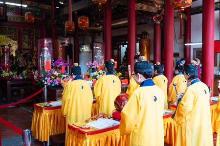 16 lutego 2018, Changhua Tajwan: Taoistyczni mnisi modlący się w świątyni Kaihua w Changhua na Tajwanie