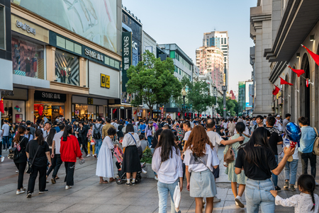 4 October 2018, Wuhan China : China Golden week - Chinese tourists in Jianghan shopping pedestrian street in Wuhan 新闻类图片