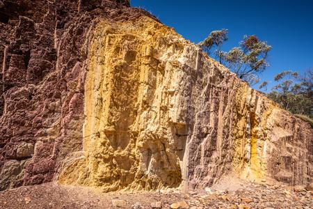 Vue colorée des fosses d'ocre dans le parc national de West MacDonnell dans l'outback central du NT en Australie Banque d'images