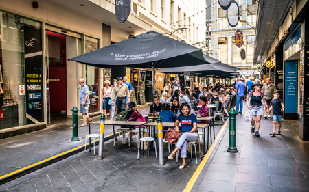 3rd January 2019, Melbourne Australia : Degraves pedestrian street view full of people on sunny summer day with people eating on outdoor tables in Melbourne Australia 報道画像