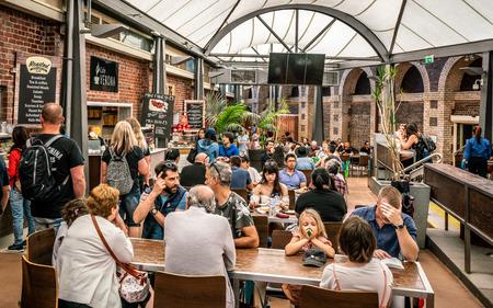 3 januari 2019, Melbourne Victoria, Australië: uitzicht op het food court-gebied vol met mensen op de Queen Victoria Market in Melbourne, Australië