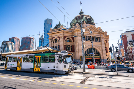 2nd January 2019, Melbourne Australia : Scenic view of Melbourne tram and Flinders street railway station building in Melbourne Victoria Australia 報道画像