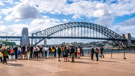 22nd December 2018, Sydney NSW Australia : Crowd of tourists people in front of the Sydney Harbour Bridge in NSW Australia 報道画像