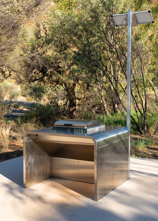 Free public solar electric BBQ in the West MacDonnell Ranges in NT outback Australia 写真素材 - 123338570