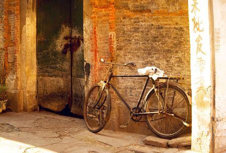 porte ancienne: shanghai vieille bicyclette sur une vieille porte de briques walland