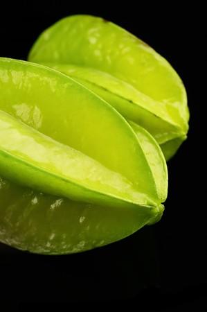 frische lebendige Starfruit oder Karambolen auf schwarzem Hintergrund