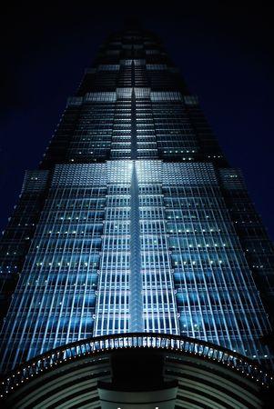 Shanghai Pu Dong Jin Mao Tower in der Nacht beleuchtet