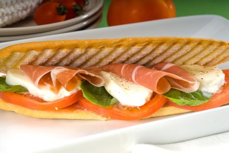 Panini-Sandwich mit frischen Caprese und Parma-Schinken