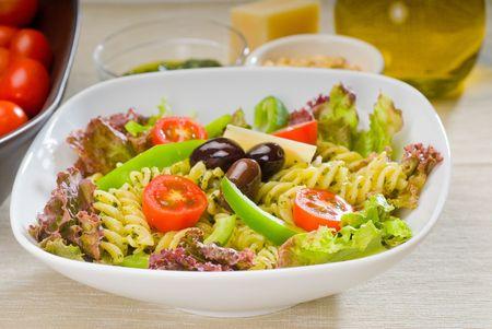 frisch gesund Hausgemachte italienische Fusilli Pasta-Salat mit Parmesan-Käse, Goldbrassenfilet-Cherry-Tomaten, schwarzen Oliven und Mix-Gemüse, gekleidet mit nativem Olivenöl und Pesto-sauce