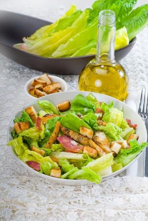 ensalada cesar: ensalada fresca ceasar cl�sico caseros, portarretrato overa fina cubierta de tabla de bordado Foto de archivo