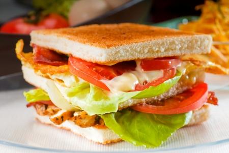 sandwich de pollo: fresco y delicioso s�ndwich club cl�sico sobre un plato de vidrio transparente