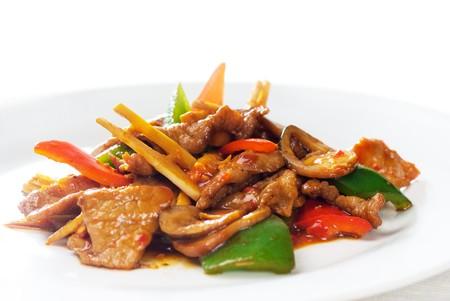plato de comida: t�pico plato chino, revuelo de carne fresca de vacuno frito con brotes de bamb� de pepperrs y setas