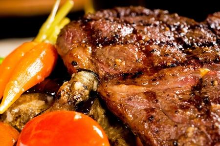 frisch gegrilltes Entrecote mit Broccoli, Karotten und Cherry-Tomaten auf Seite