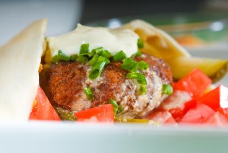 wickeln Sie frischen traditionellen Falafel auf Pita-Brot mit frisch gehackte Tomaten Lizenzfreie Bilder