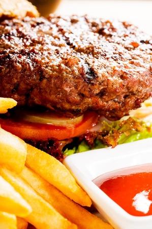 frische klassischen amerikanischen Hamburger Sandwich mit Pommes frites und Ketchup-Sauce auf Seite
