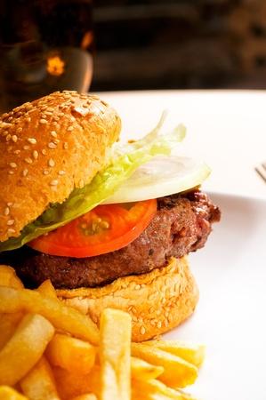 frische klassischen amerikanischen Hamburger Sandwich mit Pommes frites und Soße Ketchup auf Seite Lizenzfreie Bilder