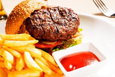 pasteleria francesa: sándwich fresco hamburguesa estadounidense clásico con papas fritas y salsa ketchup lado