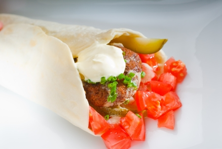 Wickeln Sie frischen traditionellen Falafel auf Pita-Brot mit frisch gehackte Tomaten
