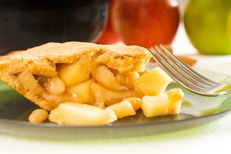frische hausgemachte Apfelkuchen über grünes Glas Gericht Makro Colseup Essen mit Gabel