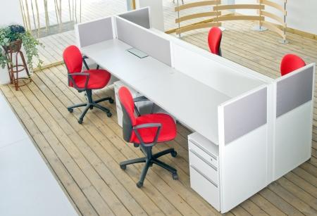 Schreibtische und rote Stühle Kabine gesetzt Blick von oben über Holzboden Standard-Bild