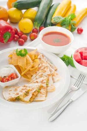초와 원래 멕시코 케사 디야 드 pollo 배경에 신선한 야채와 함께 수 박 가스 파초 수프와 봉사, 더 맛있는 음식에 포트폴리오
