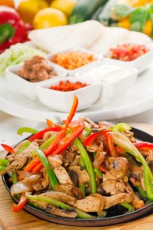 mexican food: original fajita chisporrotea fumar caliente servido en chapa de hierro y las verduras frescas sobre fondo, m�s DELICIOUS alimentos en cartera Foto de archivo