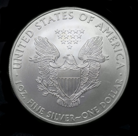 monete antiche: American silver eagle moneta da un dollaro su nero