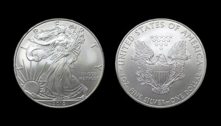 oude munten: American Silver Eagle dollar munt over zwart Stockfoto