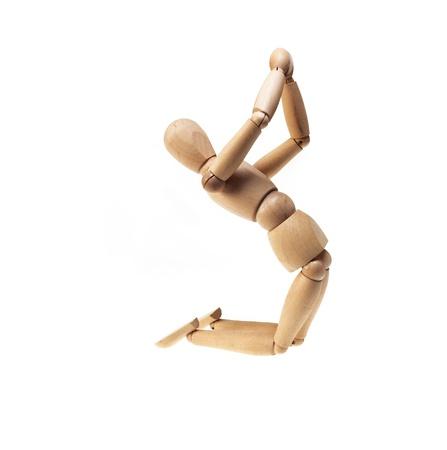 Holz Mannekin auf betender Haltung isoliert über weiß Standard-Bild
