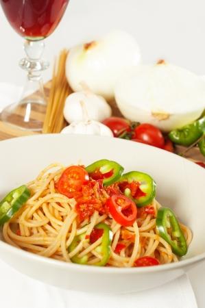 매운 이탈리아 파스타 토마토와 칠리 고추 소스