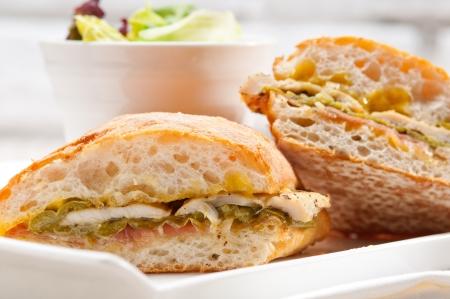 traditionelle italienische Ciabatta panini sandwich Huhn Gemüse und Aioli