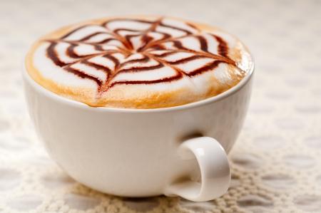 토핑 장식 패턴으로 클래식 이탈리아 카푸치노 컵