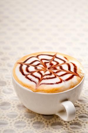 토핑 장식 패턴으로 고전적인 이탈리아 카푸치노 컵